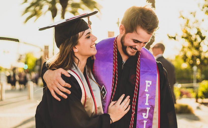 Pareja con birretes de graduación