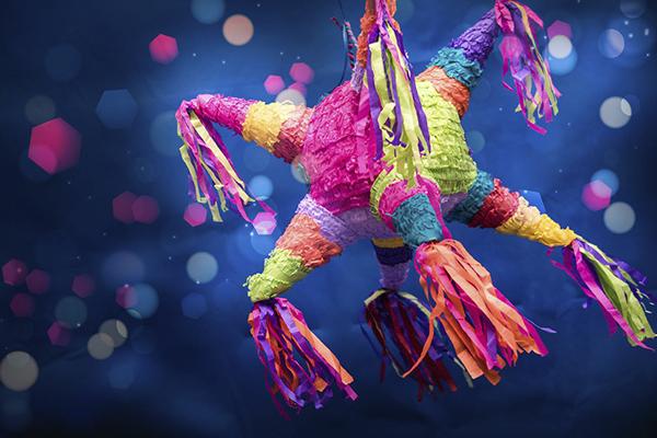 piñata de colores colgada