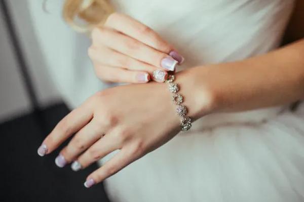 ¿Cómo combinar tu vestido de boda con tus uñas?