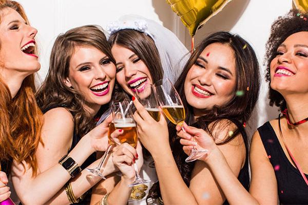 amigas celebrando