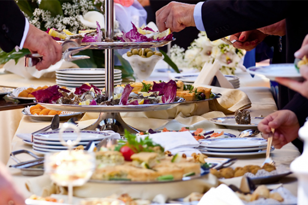 Aspectos que debes revisar antes de contratar un servicio de banquetes